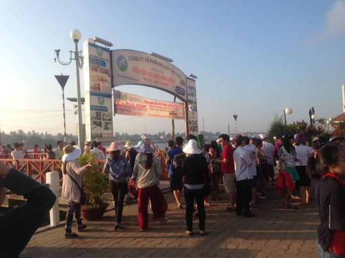 Những ngày nghỉ lễ, du khách đến Cần Thơ đi tham quan chợ nổi rất đông