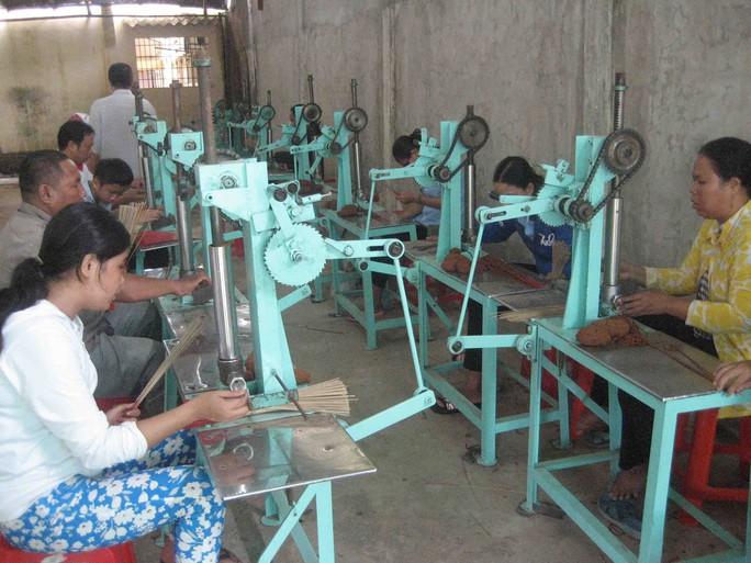 Tịnh xá Ngọc Châu Như đã đào tạo nghề làm nhang cho hàng trăm người mù nghèo