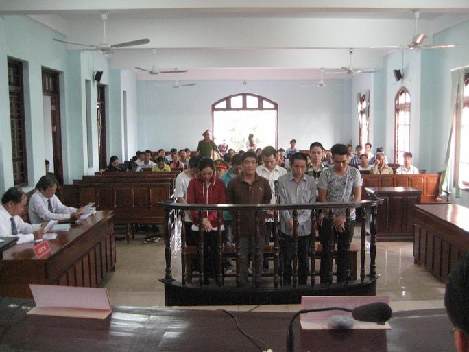 Các bị cáo trong phần thẩm tra lý lịch sáng 21-1