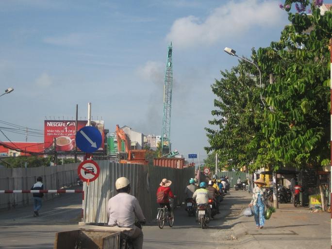 Sáng 11-5, cần cẩu này đang thi công sửa chữa cầu Nhị Kiều, phường An Nghiệp, quận Ninh Kiều. Dù công trình có che chắn nhưng người tham gia giao thông vẫn cảm thấy lo sợ khi cần cẩu đưa ra khỏi hàng rào