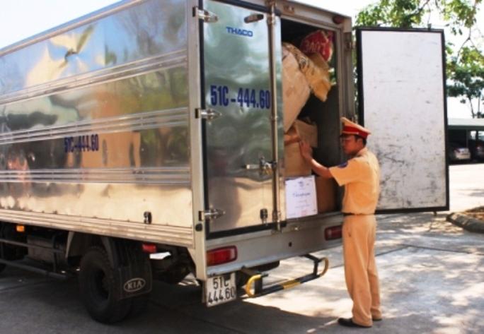 Chiếc ô tô chở gần 17.000 quả pháo lậu bị CSGT Thanh Hóa bắt giữ