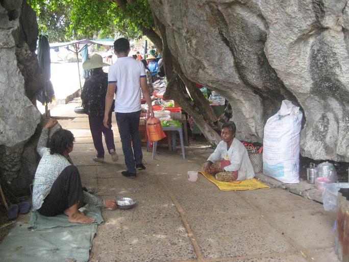 Người ăn xin ngồi đầy ở lối vào điểm du lịch Hòn Phụ Tử