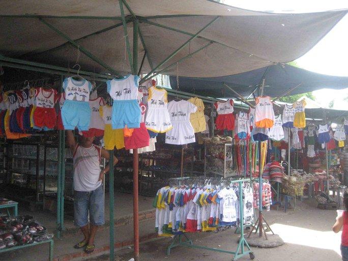Gian hàng bán quần áo lưu niệm vắng tanh