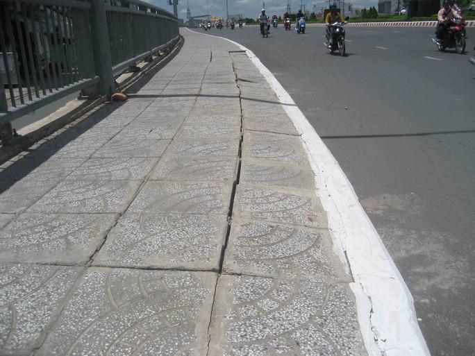 Sụt lún lan can cầu nối trung tâm thành phố với sân bay Cần Thơ