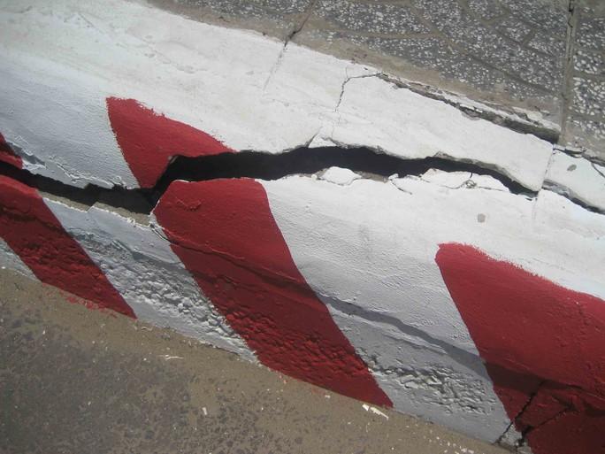 Phần lan can cầu xuất hiện hàng loạt vết nứt nguy hiểm
