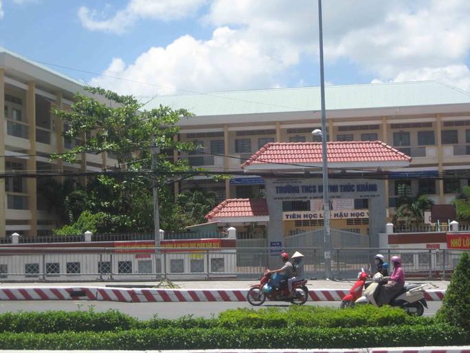 Vị trí bị sụp phía trước cổng Trường THCS Huỳnh Thúc Kháng