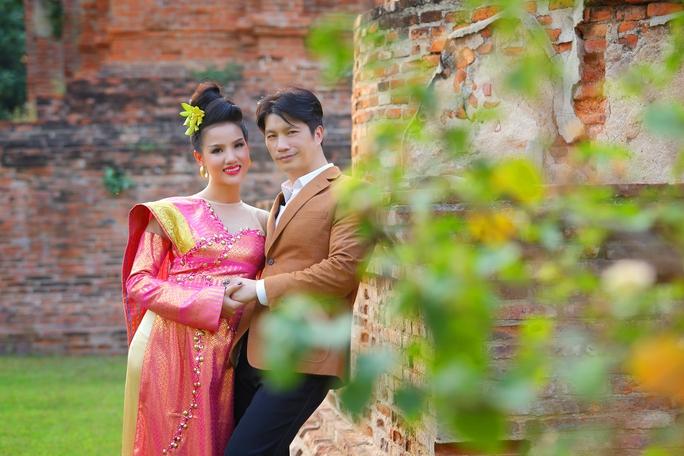 """Vợ chồng Dustin Nguyễn về lại """"nơi tình yêu bắt đầu"""""""