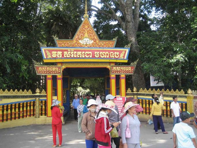 Du khách vãn cảnh chùa Dơi