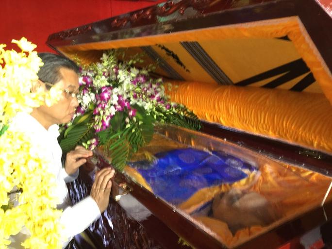 Ông Hứa Ngọc Thuận - Phó chủ tịch UBND TP HCM - Trưởng Ban tang lễ nhìn mặt nhạc sĩ Phan Huỳnh Điểu lần cuối