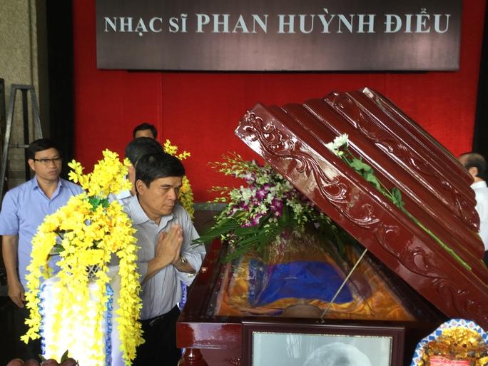 Nhà báo Nguyễn Quý Hòa - Tổng Giám đốc Đài Truyền hình TPHCM nhìn mặt nhạc sĩ Phan Huỳnh Điểu lần cuối