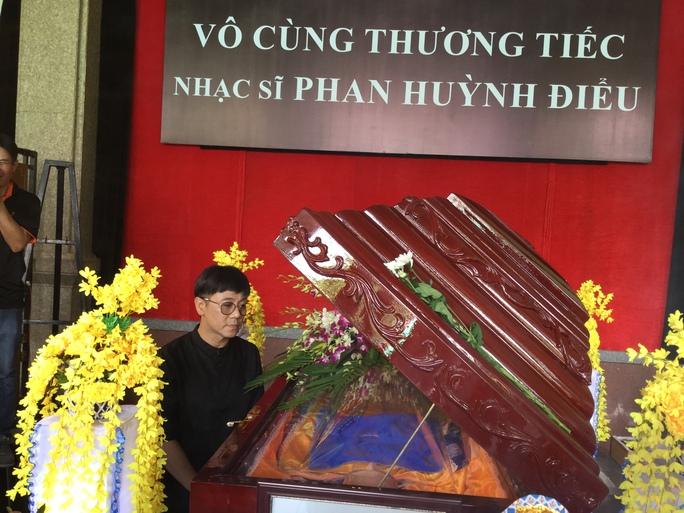 NSƯT Thành Lộc nhìn mặt nhạc sĩ Phan Huỳnh Điểu lần cuối