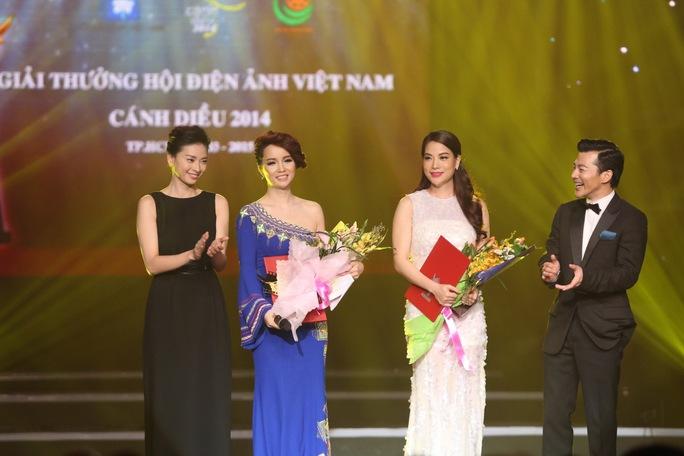Trao giải cho Trương Ngọc Ánh và Mai Thu Huyền - người nhận thay giải thưởng cho Trung Dũng