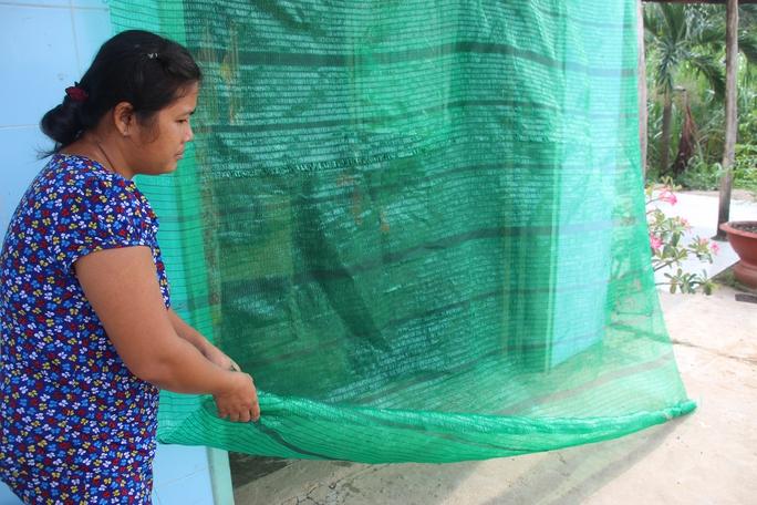 Người dân dùng lưới để che nhằm hạn chế ruồi bay vào nhà.