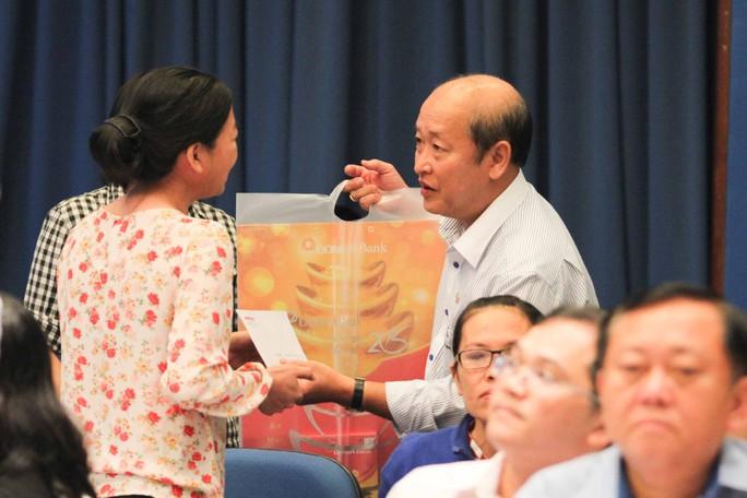 Ông Nguyễn Thanh Hùng, Phó Bí thư Thường trực Đảng ủy Ngân hàng Đông Á, tặng quà cho công nhân khó khăn trong chương trình Cùng công nhân vượt khó do Báo Người Lao Động tổ chức   Ảnh: HOÀNG TRIỀU