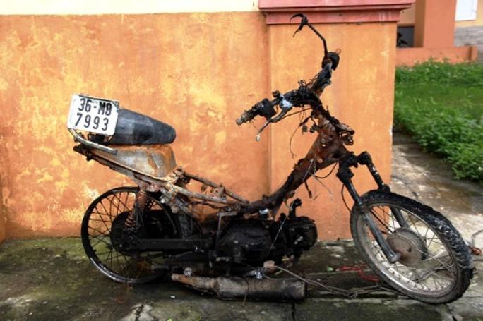 Chiếc xe máy của 2 tên trộm chó bị đốt cháy trơ khung