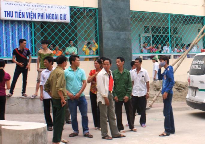 Người nhà bao vây Bệnh viện Đa khoa Thanh Hóa trong vụ bệnh nhân Thúy ở Nga Sơn tử vong vào ngày 22-5 vừa qua