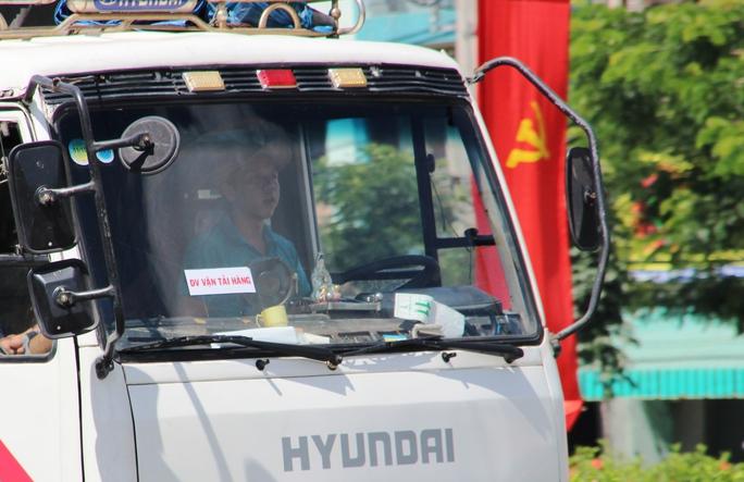 Trưa 28-8, Phóng viên ghi nhận trong vòng 30 phút có đến 20 chiếc xe tải dán một logo lạ với nội dung: Doanh nghiệp vận tải hàng