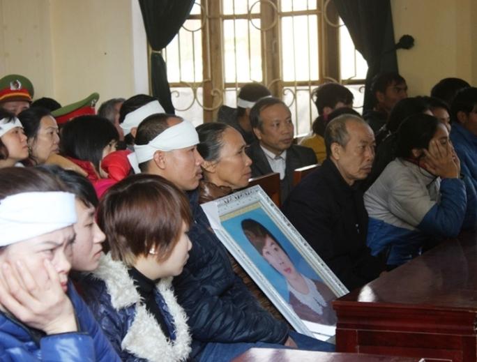 Gia đình người bị hải đau đơn ôm di ảnh chị Ngọc tại phiên tòa