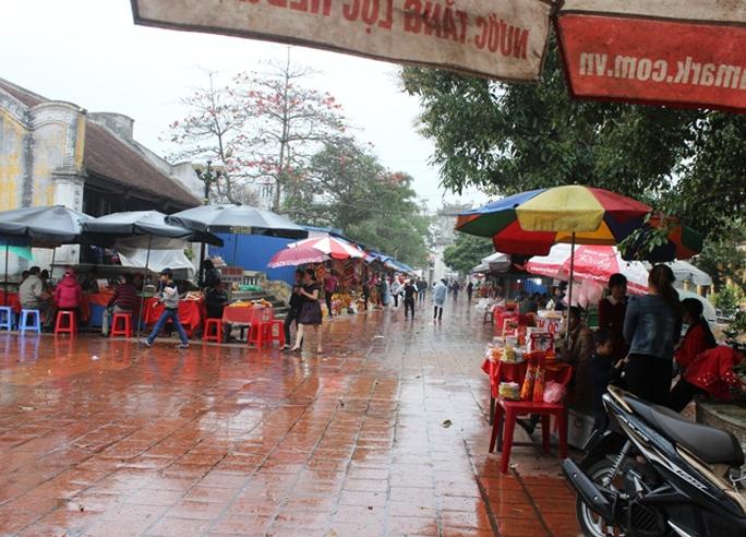 Lối vào và sân đền Bảo Lộc la liệt hàng quán.