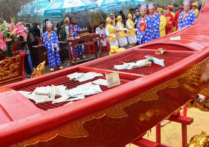 Tiền được ném vương vãi vào bát hương, chậu cá và thuyền rồng trông rất phản cảm