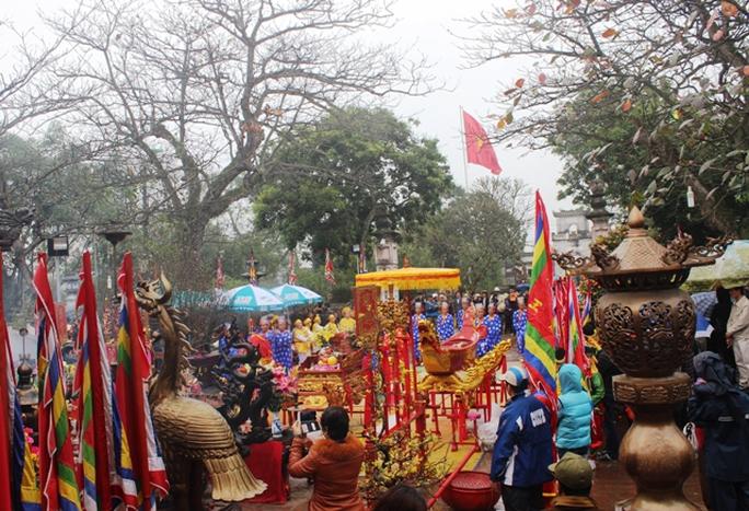 Lễ rước nước, tế cá diễn ra trong thời tiết mưa phùn nặng hạt nhưng hàng ngàn người dân vẫn kéo đến dự lễ