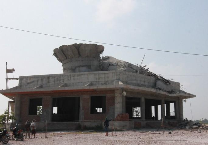 hiện trường sau khi bức tượng bị đổ sập