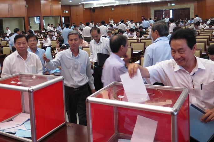 Đại biểu tiến hành bỏ phiếu giới thiệu nhân sự của TP HCM vào Ban Chấp hành Trung ương Đảng khóa XII tại hội nghị cán bộ TP HCM giới thiệu nhân sự Ban Chấp hành Trung ương Đảng khóa XII vừa qua.