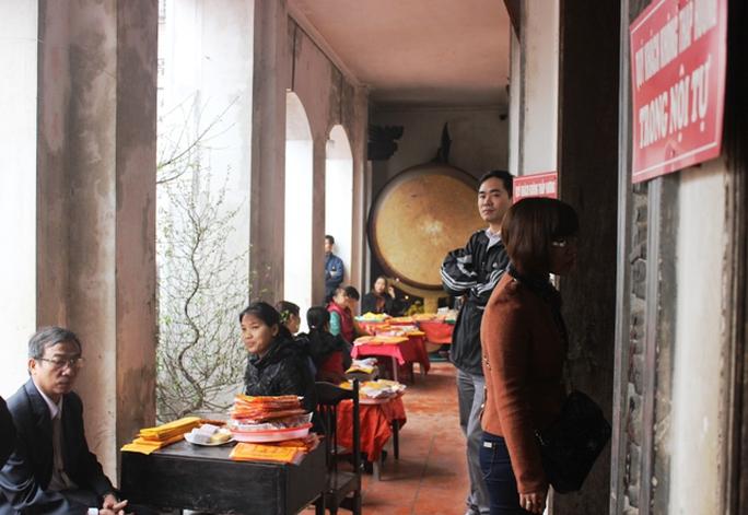 Cảnh bán sớ, ấn trạch, vàng hương tràn lan phía trong hành lang Đền Bảo Lộc