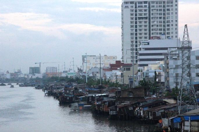 TP HCM lo vỡ kế hoạch dời 20.000 căn nhà ven kênh, rạch - Ảnh 1.