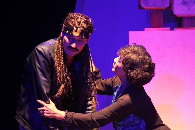 Huy Khánh và nhà giáo ưu tú Diệu Đức (bà cũng được Huy chương vàng với vai người mẹ)