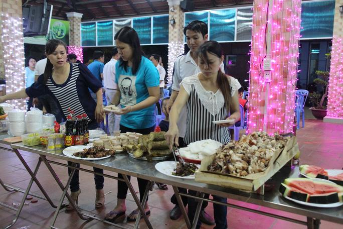 Công nhân chọn thức ăn trong bữa tiệc giao thừa