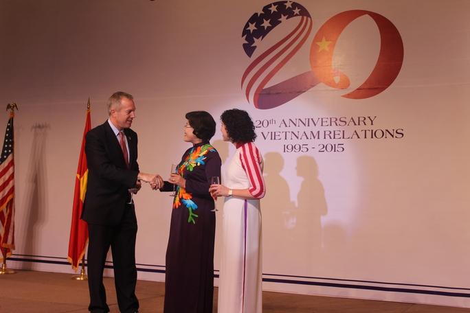 Đại sứ Mỹ tại Việt Nam Ted Osus (bìa trái) bắt tay bà Nguyễn Thị Hồng, Phó Chủ tịch Ủy ban Nhân dân TPHCM (giữa) tại lễ kỷ niệm 239 năm Quốc khánh Mỹ. Ảnh: Thu Hằng