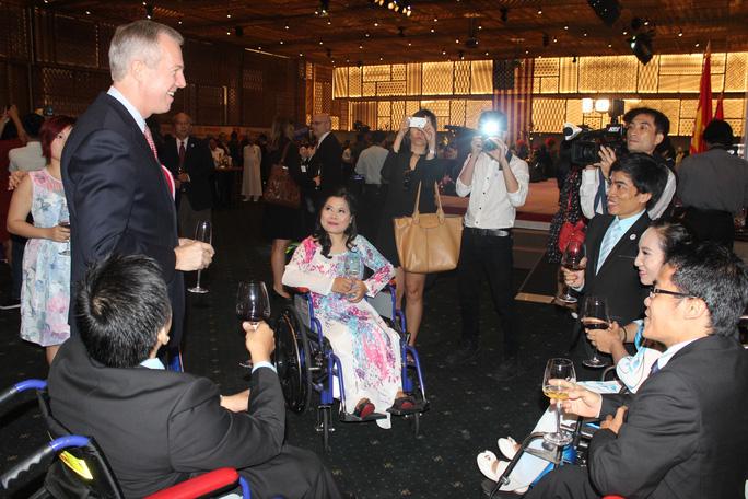 Ông Osius gặp gỡ những người thể hiện Quốc ca Việt Nam tại lễ kỷ niệm. Ảnh: Thu Hằng