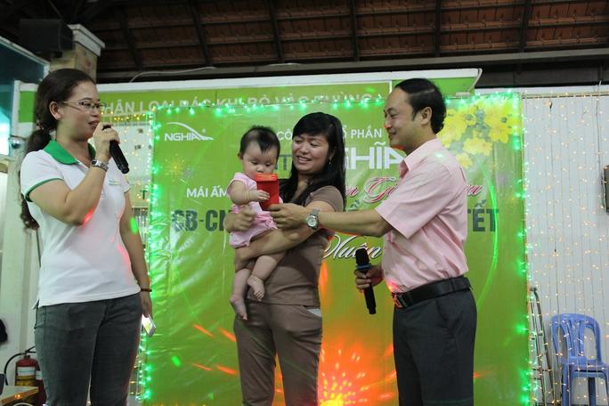 ông Trương Hữu Nghĩa, Chủ tịch LĐLĐ quận Tân Bình, TP HCM, tặng lì xì cho con công nhân