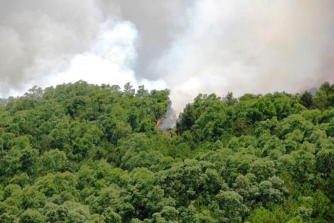 Đám cháy đến 12 giờ trưa ngày 27-5 vẫn chưa được khống chế và đã lan rộng sang xã Hoằng Khánh - Hoằng Hóa