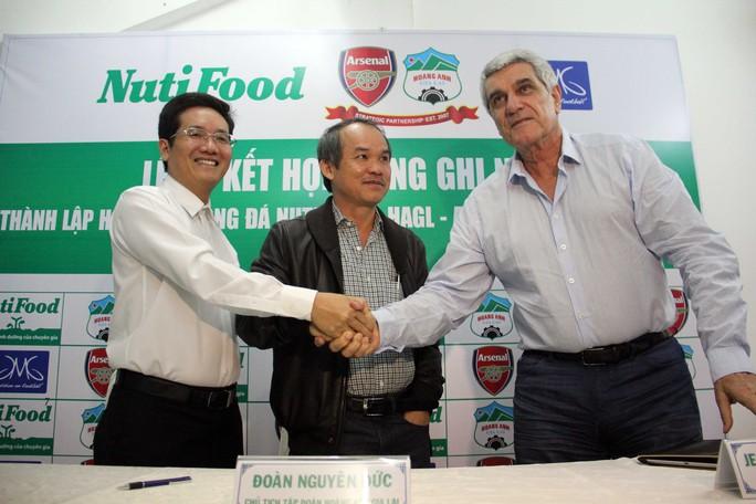 Cách đây chưa lâu, đại diện NutiFood và hai đối tác HAGL và học viện JMG toàn cầu đã có lễ ký kết hợp tác xây dựng lò đào tạo bóng đá NutiFood- HAGL-Arsenal- JMG