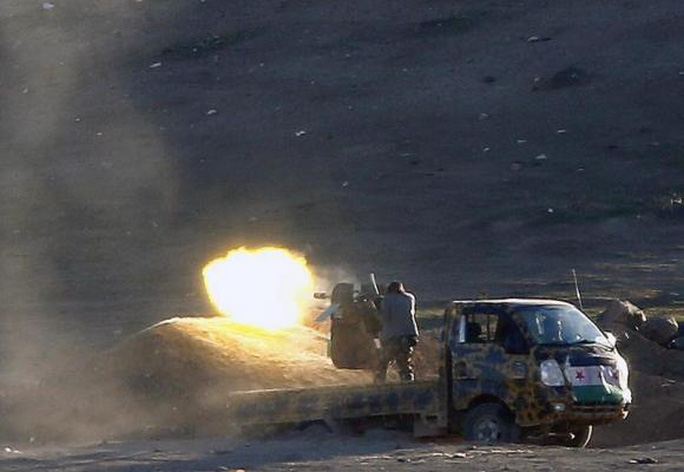 Syrian rebel  fighters fire a heavy machinegun against Islamic State positions from a location west of Kobani during fighting on November 4, 2014 . REUTERS/Yannis Behrakis