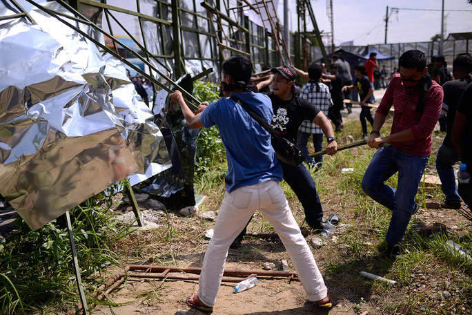 Protesters tearing down the perimeter fencing of the Datum Jelatek project site in Taman Keramat today. – The Malaysian Insider pic by Najjua Zulkefli, January 25, 2015.