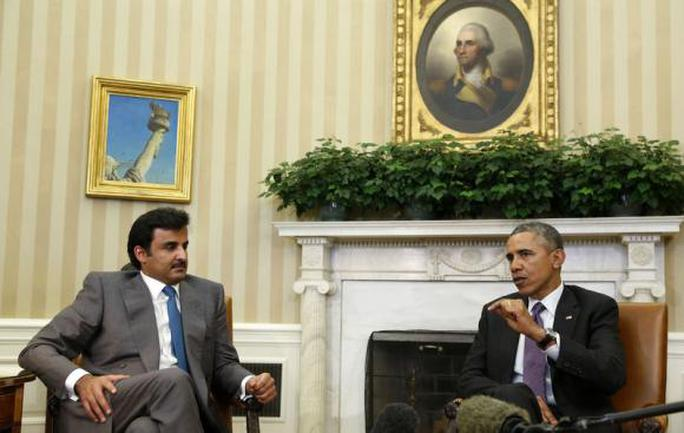 U.S. President Barack Obama meets with Emir of Qatar Sheikh Tamim bin Hamad al Thani while in the Oval Office at the White House in Washington February 24, 2015.      REUTERS/Larry Downing