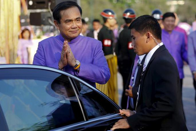 Thailands Prime Minister Prayuth Chan-ocha gestures the traditional greeting as he gets in his car after the merit-making ceremony on the occasion of Princess Maha Chakri Sirindhorns birthday at Sanam Luang in Bangkok April 2, 2015.  REUTERS/Damir Sagolj