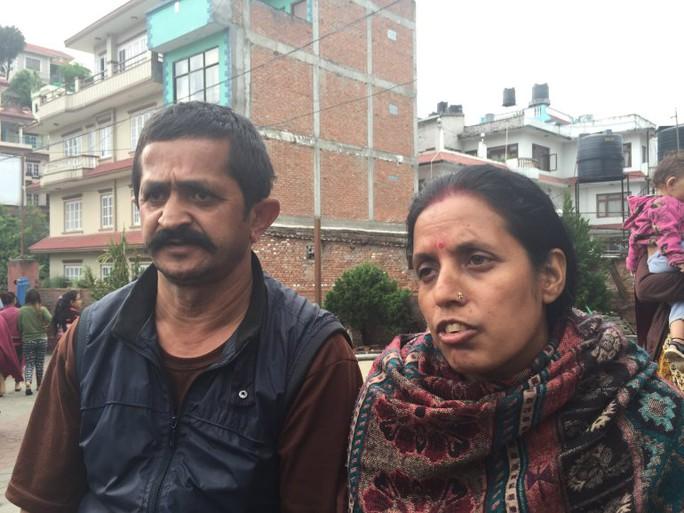 Tanka Maya Sitoula, một bà mẹ 40 tuổi, được giải cứu sau 36 giờ mắc kẹt  trong một căn phòng ở tầng trệt của tòa nhà 5 tầng. Ảnh: CNN