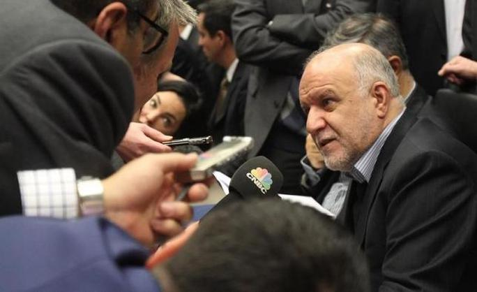 Iranian Oil Minister Bijan Zanganeh talks to journalists before a meeting of OPEC oil ministers at OPECs headquarters in Vienna December 4, 2013. REUTERS/Heinz-Peter Bader