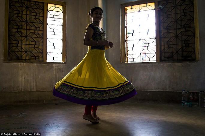 Con gái của một người hành nghề mại dâm đang tập nhảy múa. Ảnh: DAILY MAIL