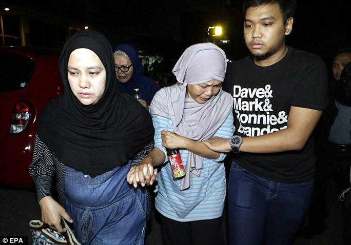 Người thân các nạn nhân chờ tin ở văn phòng chính của hãng Trigana Air ở thủ đô Jakarta - Indonesia. Ảnh: EPA