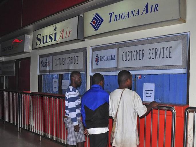 Người thân của hành khách trên chuyến bay tìm kiếm thông tin tại sân bay ở TP Jayapura. Ảnh: AP