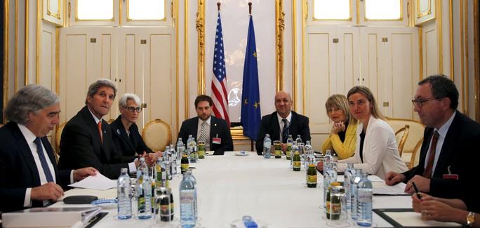 Phái đoàn Mỹ họp với Ủy viên đối ngoại Liên minh châu Âu Federica Mogherini ở Vienna hôm 28-6   Ảnh: REUTERS