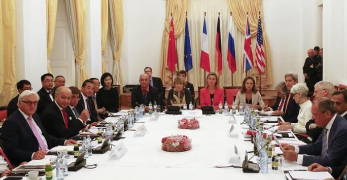 Các nhà ngoại giao trên bàn đàm phán ngày 13-7. Ảnh: Reuters