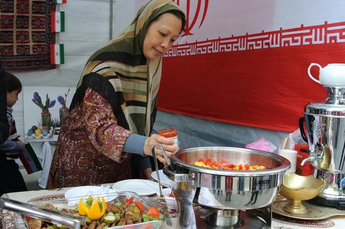 Bán món Shami (thịt cừu, khoai tây nghiền rán) và Iujeh Kabab (gà nướng ướp chanh, bơ và hoa nghệ tây) đến từ Đại sứ quán Iran