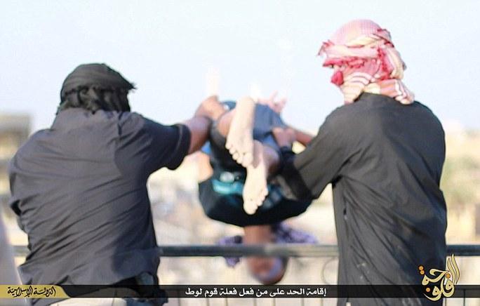 Người đồng tính bị IS ném xuống đất. Ảnh: Daily Mail