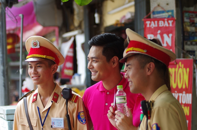 Các Cảnh sát giao thông chụp hình chung với MC Phan Anh
